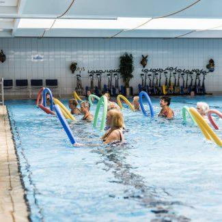 Gemeinsames Training im Wasser.